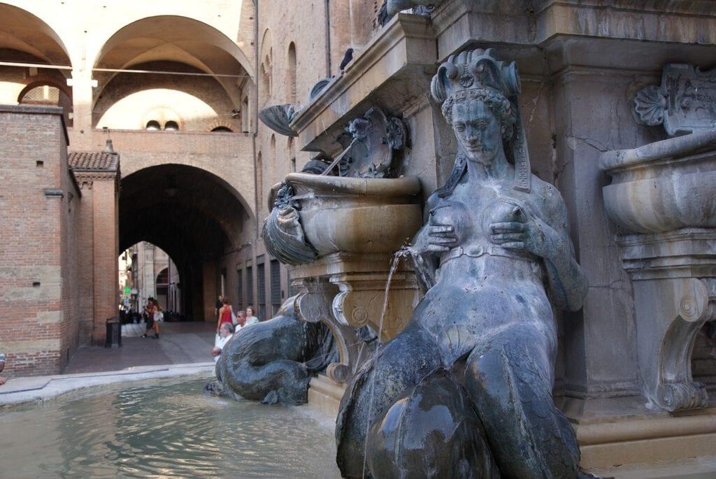 פסל בבולוניה העיר הליברלית