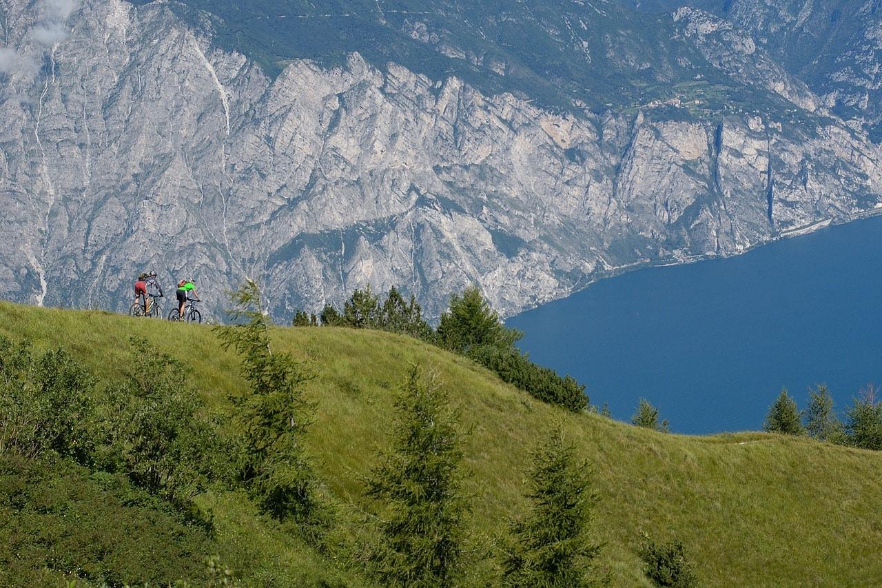 רוכבי הרים מעל האגם