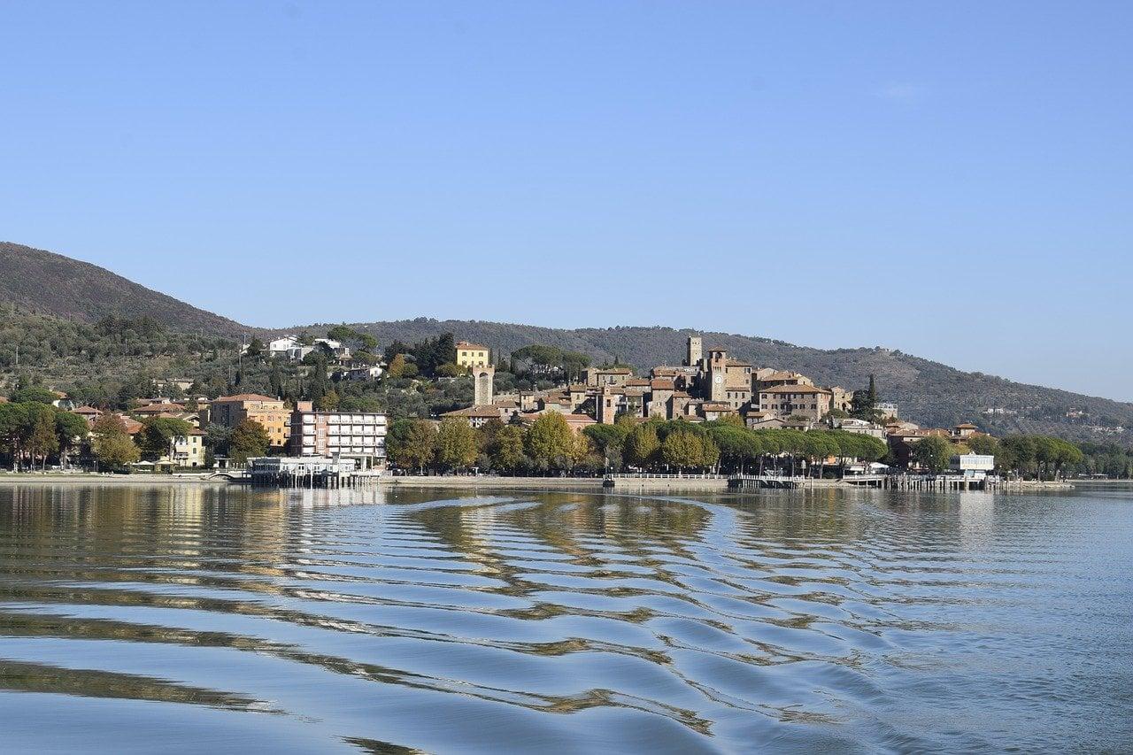 עיירה על האגם