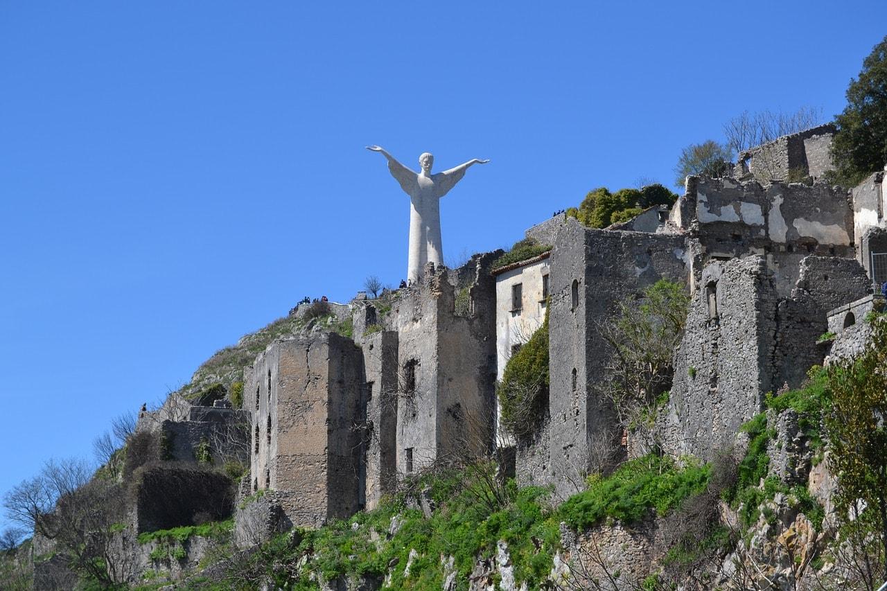 פסל ישו ליד מאראטיאה