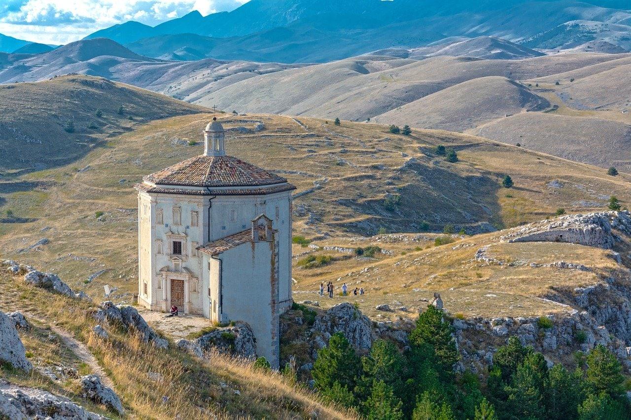 כנסייה במרחב הכפרי של אברוצו